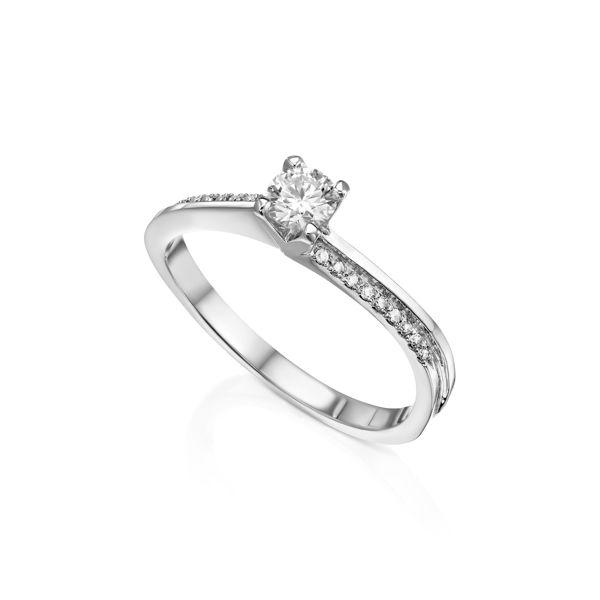 תמונה של טבעת אירוסין סוליטר עם שיבוצי צד